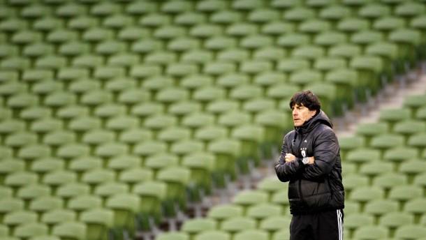 Bundestrainer Joachim Löw fühlt eine neue Kälte um sich herum