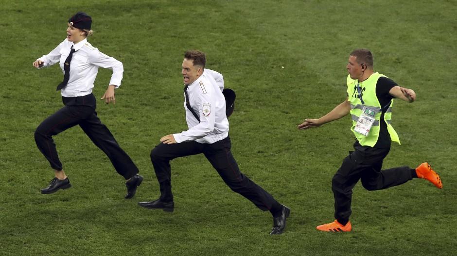 Insgesamt rannten vier Flitzer auf den Rasen beim WM-Finale.