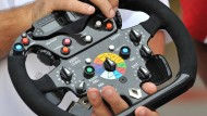 Knöpfe, Schieber, Schalter: Bordcomputer als Lenkrad verkleidet