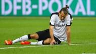 Am Boden: Eintracht-Kapitän Alexander Meier beim Pokalfinale in Berlin gegen Borussia Dortmund.