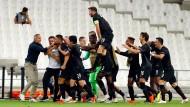 Große Freude vor kleiner Kulisse: Frankfurt gewinnt das Geisterspiel von Marseille