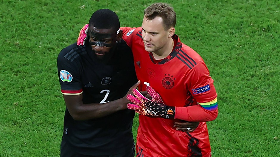 Torhüter Manuel Neuer (r) und Teamkollege Antonio Rüdiger blicken nach vorne