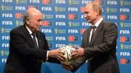 Russland und Präsident Wladimir Putin (rechts) bekamen die WM 2018 überreicht