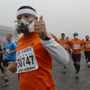 Daumen hoch: So gut wie dieser Starter ging es nicht allen beim Peking-Marathon