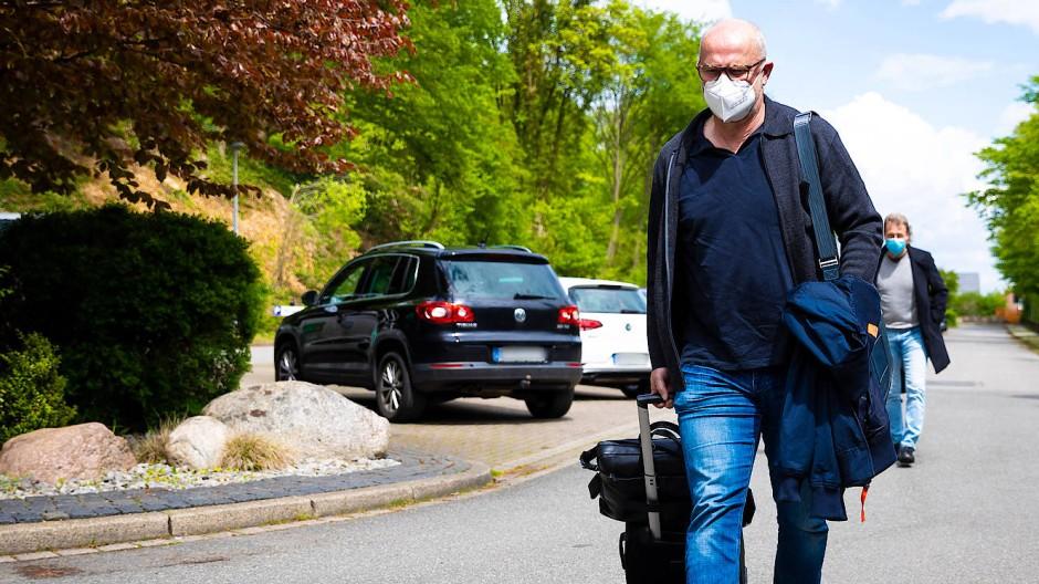 Abgeschiedener geht es kaum: Thomas Schaaf bei der Ankunft im Sporthotel Fuchsbachtal in Barsinghausen