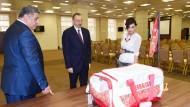 """""""Diese Forderung muss für alle Länder gelten"""": Präsident Alijew (m.) mit Sportminister Rahimow und Ehefrau am 29. Mai in Baku"""