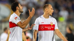 Stuttgarts Hamadi Al Ghaddioui (l) und Holger Badstuber zeigen sich enttäuscht über das 0:0