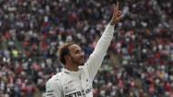 Jubelpose: Lewis Hamilton ist zum fünften Mal Formel-1-Weltmeister.