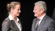 Glückwunsch! Bundespräsident Joachim Gauck überreicht eines der Silbernen Lorbeerblätter an Dressur-Olympiasiegerin Isabell Werth.