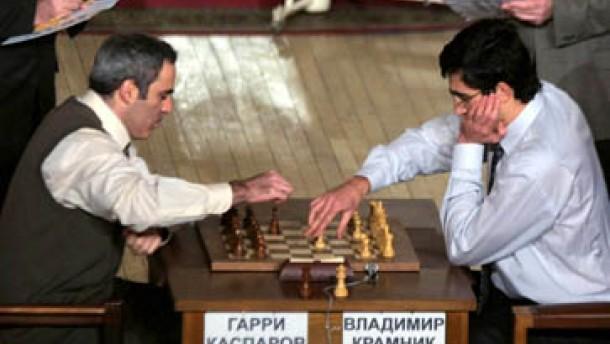 Virtuelle Rivalen via Schachbrett und Computer