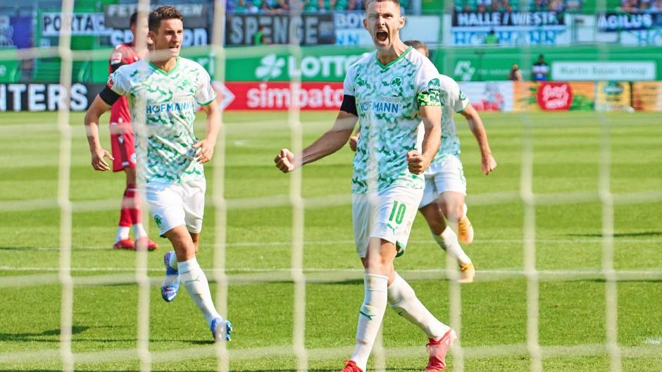 Torjubel in Fürth – ein seltenes Erlebnis: Kapitän Branimir Hrgota  bejubelt einen seiner beiden Elfmetertreffer. Insgesamt traf der Aufsteiger erst dreimal.
