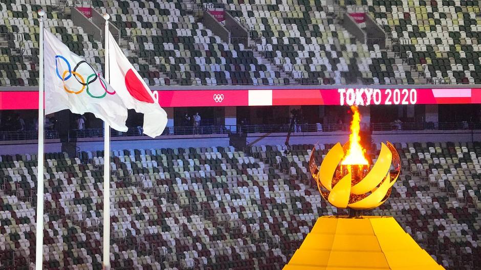 Das Feuer brennt vor leeren Rängen in Tokio.