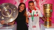 Elternglück und Double-Freude? Freundin Lina (links) und Joshua Kimmich erwarten ihr erstes Kind, dazu soll, wie auf dem Bild von 2016, nach der Meisterschale auch der DFB-Pokal kommen.