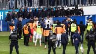Spielabbruch in Luzern: Zürich-Anhänger bedrohen ihr eigenes Team.