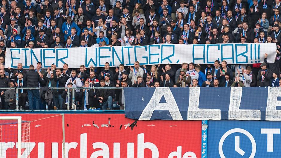 Das Banner der Rostock-Fans beim Spiel gegen Sandhausen
