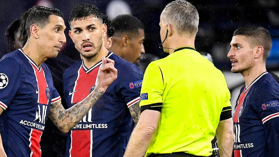 Die Spieler von Paris Saint-Germain beschweren sich über Schiedsrichter Björn Kuipers.