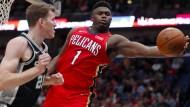 Kaum zu stoppen: Zion Williamson (rechts) bei seinem Debüt in der NBA