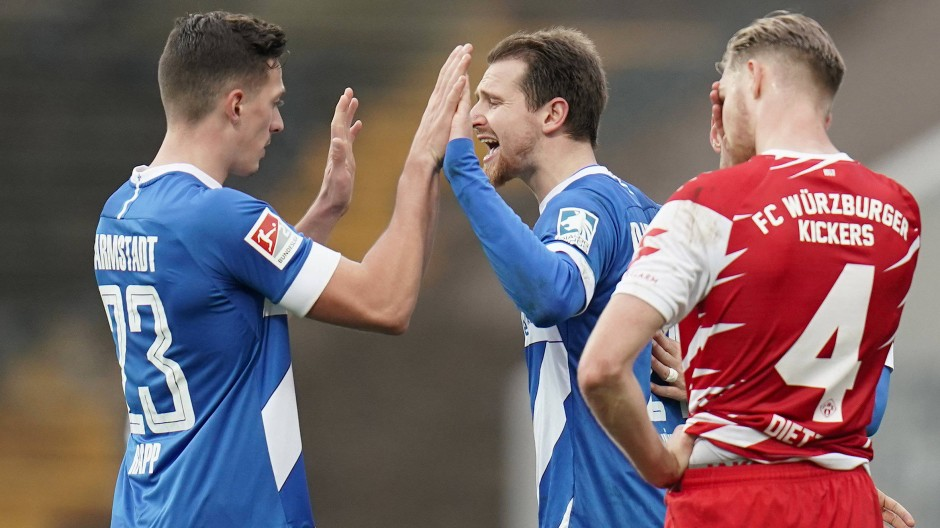Hand drauf: Darmstadt 98 besiegt Würzburg glanzlos.