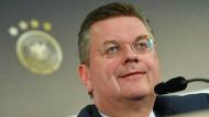 """""""Gesellschaftspolitische Vorstellungen über die vier Eckfahnen hinaus"""": DFB-Präsident Reinhard Grindel."""