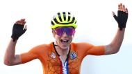 Annemiek van Vleuten jubelt, dabei hat sie gar nicht gewonnen. Später bemerkt sie ihren Irrtum.