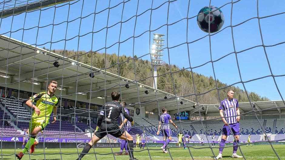 Der Anfang vom Ende für Aue: Paderborns Dennis Srbeny erzielt das 1:2, am Ende steht es 8:3