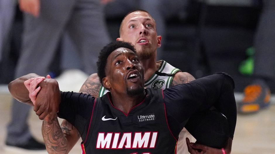 In diesem Duell mit Miamis Bam Adebayo zog Bostons Daniel Theis (hinten) den Kürzeren