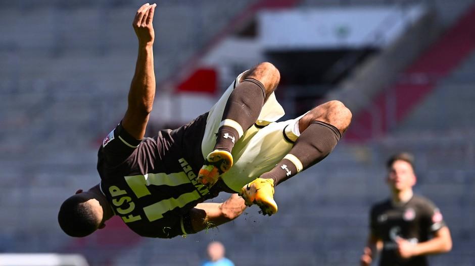 Daniel Kofi Kyereh vom FC St. Pauli zeigt, was er neben Fußballspielen noch kann.