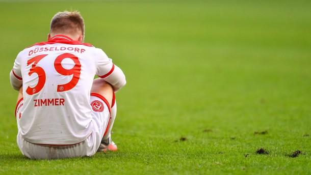 Düsseldorf kommt auch gegen zehn Gegner nicht voran