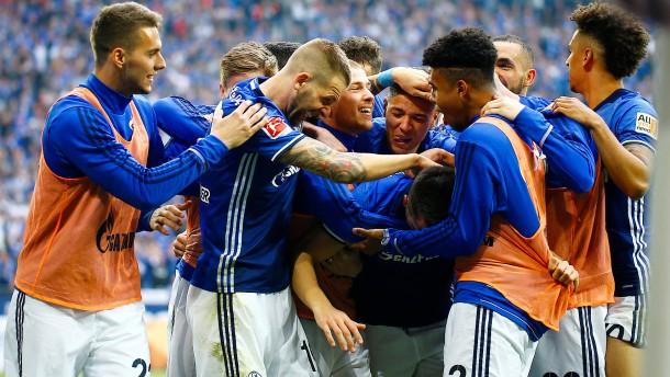 Blau und weiß im Fußballhimmel