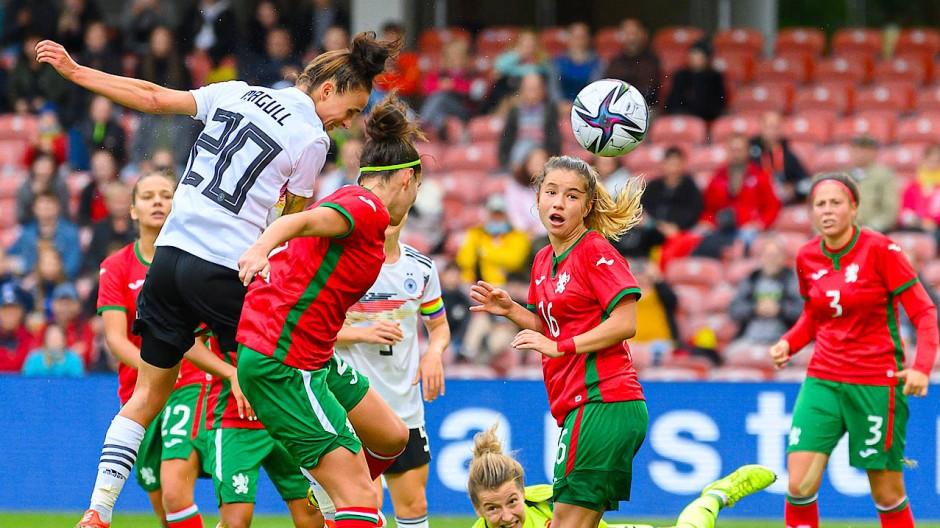 Lina Magull erzielt zwei Tore gegen Bulgarien.