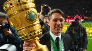 Der Trainer und sein Goldstück: Niko Kovac verlässt Frankfurt mit dem Sieg im DFB-Pokal.