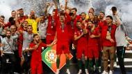 Portugal und Kapitän Cristiano Ronaldo freuen sich über den Titel.