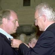 Da war alles gut: Uli Hoeneß erhält den Verdienstorden vom damaligen bayrischen Ministerpräsidenten Edmund Stoiber