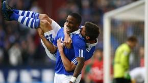 Den Mitspieler kann man auch eine Woche nach dem 1. April noch auf den Arm nehmen: Farfan und Huntel