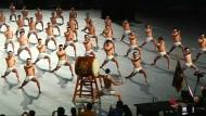 Halbnackte Synchrontänzer erobern Japan