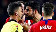 Diego Costa (rechts) hat dem Schiedsrichter einiges zu sagen – danach war vorzeitig Feierabend für den Stürmer.