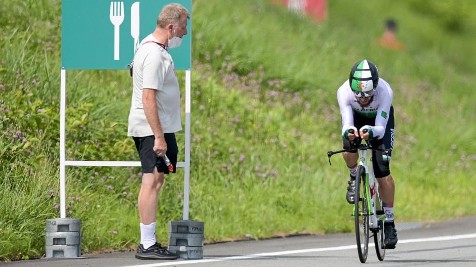 Kurz vor dem Eklat: Azzedine Lagab aus Algerien (rechts) fährt am deutschen Sportdirektor Patrick Moster vorbei.