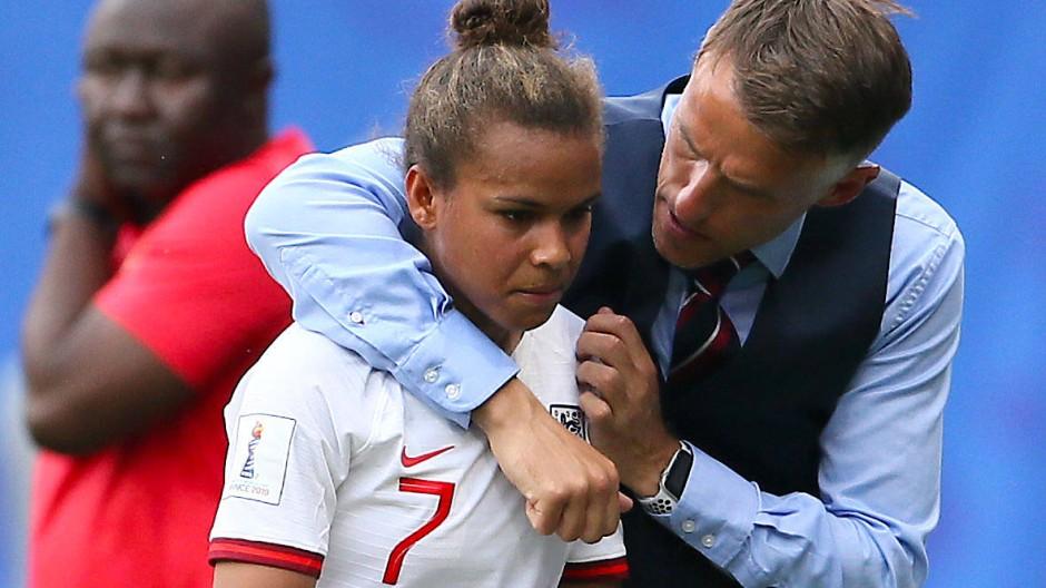 """""""Wenn das meine Spielerinnen gewesen wären, würden sie nie mehr für England spielen"""": Englands Trainer Phil Neville (rechts, mit Nikita Parris)"""