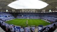 Tradition schlägt Moderne: Für den HSV rollt der Ball demnächst wieder im Volksparkstadion.