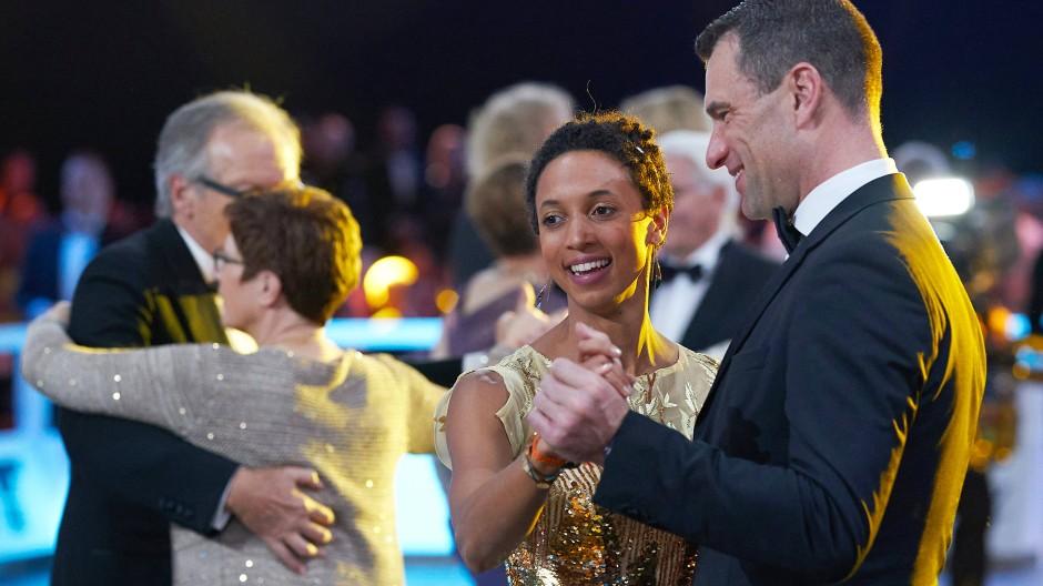 Golden Girl: Weitsprung-Weltmeisterin Malaika Mihambo beim Eröffnungstanz mit Sporthilfe-Geschäftsführer Michael Illgner.