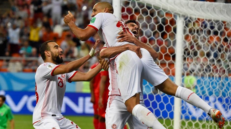 Wahbi Khazri (Mitte) wird nach seinem Tor für Tunesien von seinen Mitspielern beglückwünscht.