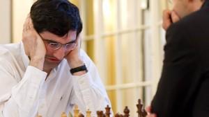 Wladimir Kramnik nimmt die Figuren vom Brett