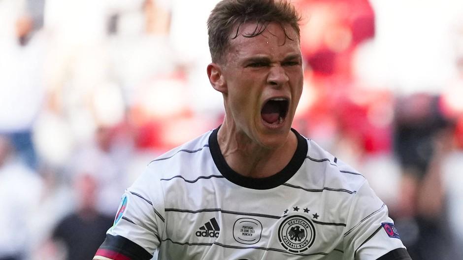 Joshua Kimmich lässt seine Freude über das deutsche Spiel heraus.