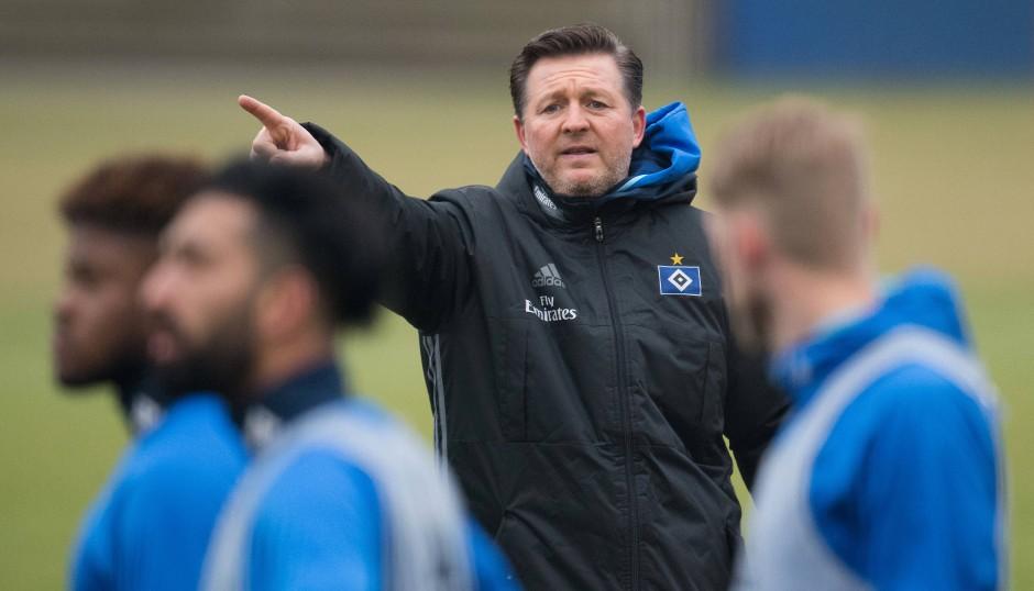Von Beginn an mittendrin: Titz (Mitte) bei seiner ersten Einheit als HSV-Cheftrainer.