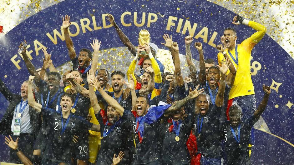Den Pokal in Händen: Frankreichs Nationalmannschaft ist Weltmeister