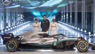 """Gruppenbild mit Rennwagen, Fahrern Bottas (l.) und Hamilton sowie Teamchef Wolff: """"Das neue Auto ist leichter zu handhaben."""""""