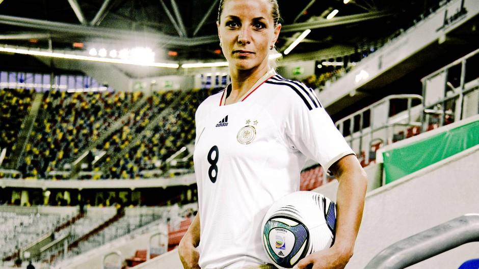 Die frühere Nationalspielerin Inka Grings warnt: Unsere Gesellschaft ist lange noch nicht so tolerant und freundlich, wie einige denken.