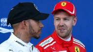 Rot strahlt mehr als Silber: Lewis Hamilton (links) startet hinter Sebastian Vettel.