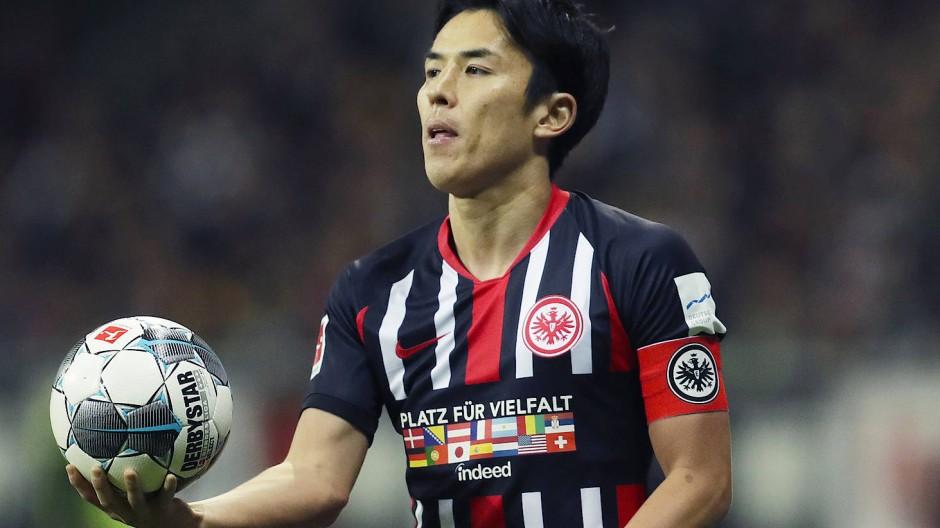 Bleibt er, geht er? Auch Eintracht-Profi Makoto Hasebe muss mit Anpassungen an seinen Arbeitsvertrag rechnen.