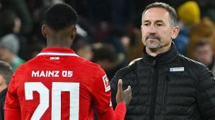 Achim Beierlorzer (rechts) verliert mit Mainz 05 in Augsburg.